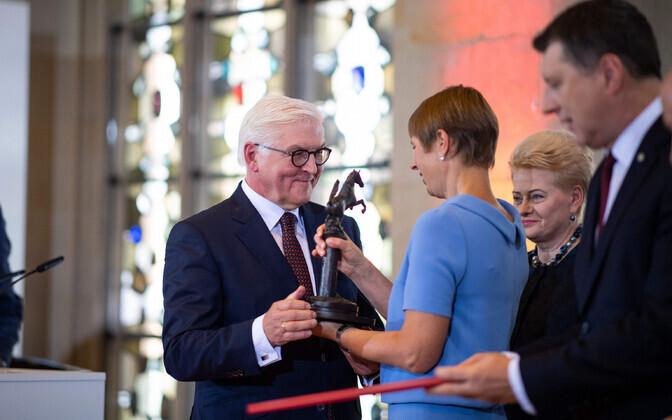 President Kersti Kaljulaid võtab 2018. aasta juulis Saksa presidendilt Frank-Walter Steinmeierilt üle Balti riikidele omistatud Vestfaali rahu auhinna.