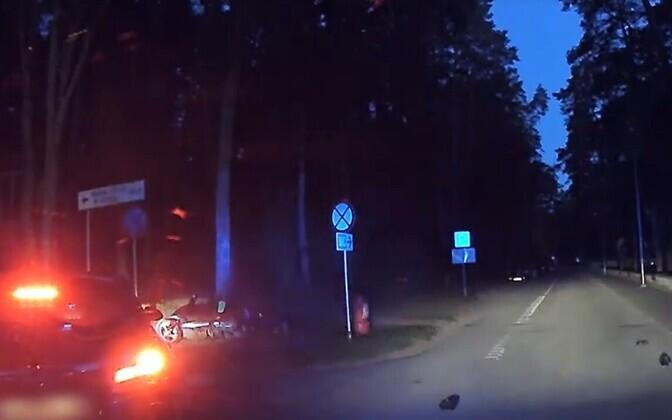 Мопедист, пытаясь скрыться от полиции, врезался в автомобиль.