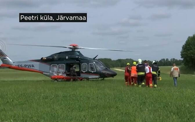 В ходе учений спасатели, медики и полицейские отработали транспортировку пациента на вертолете.