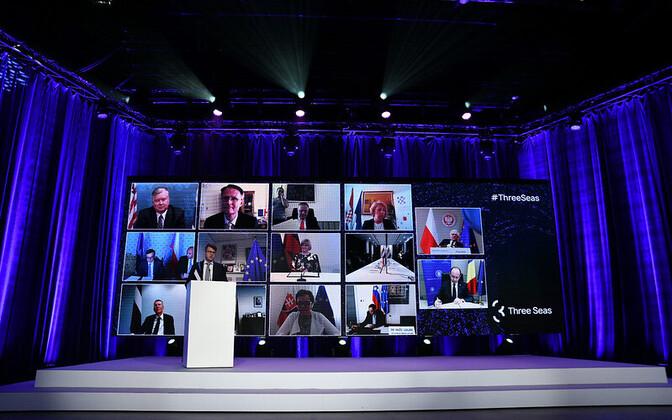 Urmas Reinsalu at the podium, his interlocutors on screen, at Tuesday's Three Seas meeting.