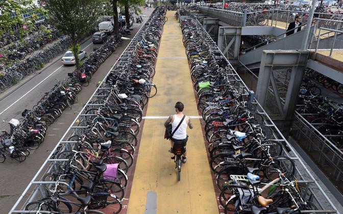 Kolmekorruseline jalgrattaparkla Amterdami keskraudteejaamas Hollandis.