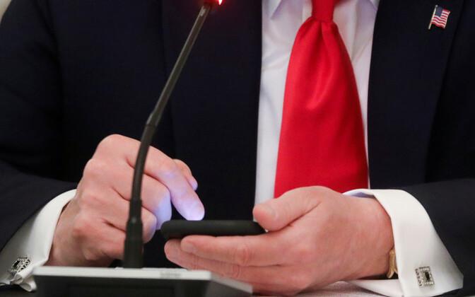 USA president nutitlefoni näppimas.