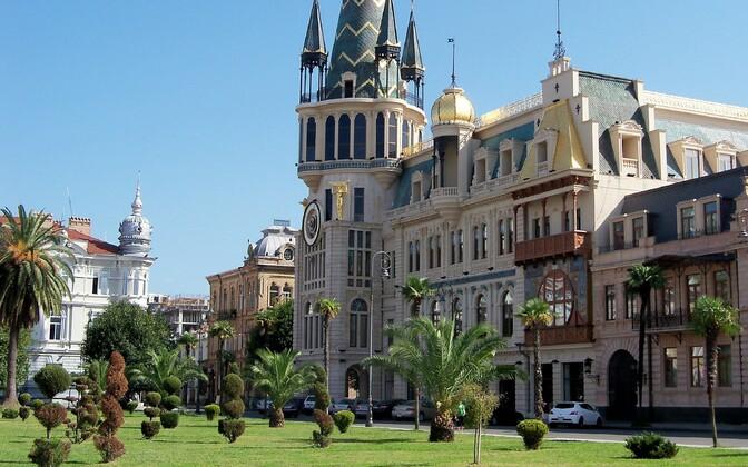 Из Кутаиси удобно добираться до популярного у туристов города-курорта Батуми.