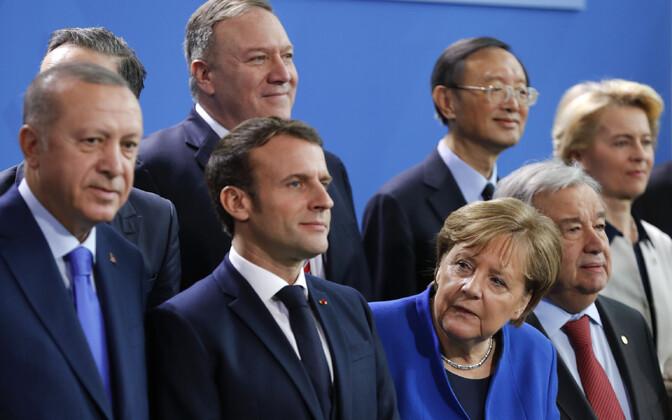 Türgi president Recep Tayyip Erdogan (vasakul) ja tema kõrval Prantsusmaa president Emmanuel Macron, neid piidlemas Saksa kantsler Angela Merkel Berliinis peetud Liibüa-teemalisel konverentsil.
