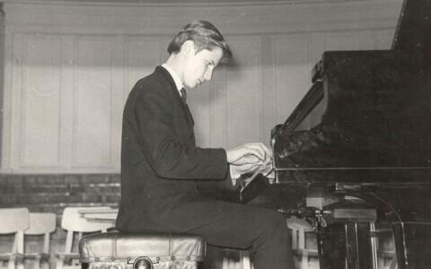 Margus Kappel  1971. aastal Nõmme laste muusikakooli lõpetamisel