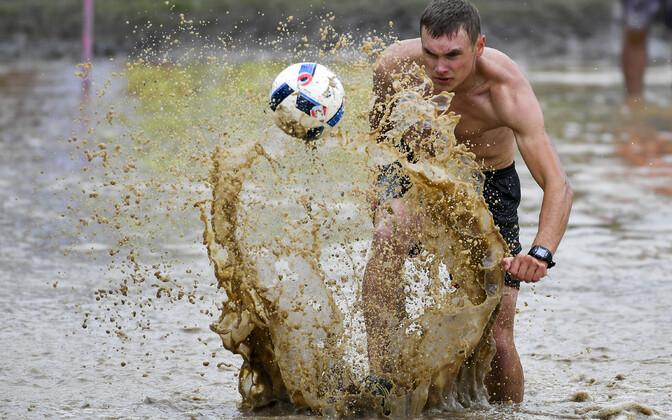 Болотный футбол.