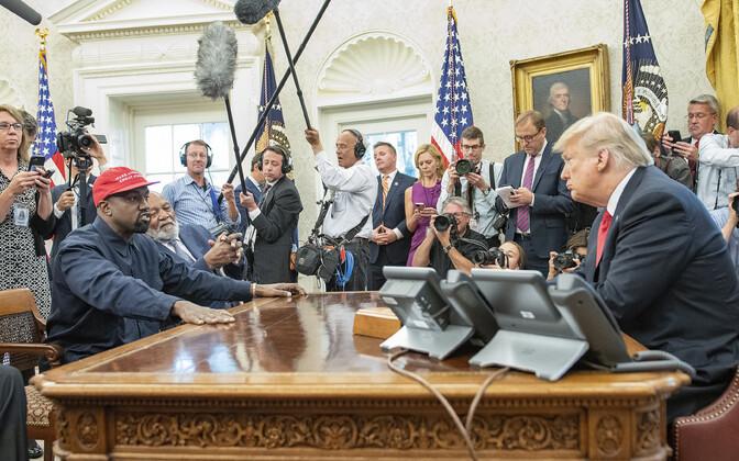 Канье Уэст на встрече с президентом США Дональдом Трампом в Белом доме.