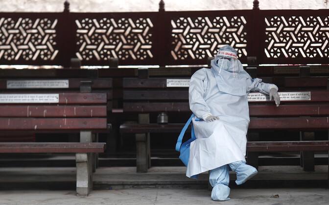 Tervishoiutöötaja New Delhis puhkehetkel