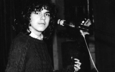 16-aastane Raul Vaigla Jõgeva kultuurimaja laval ansambli Jätk basskitarristina