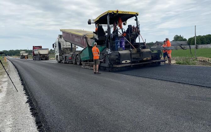 Laying asphalt in Sargvere.