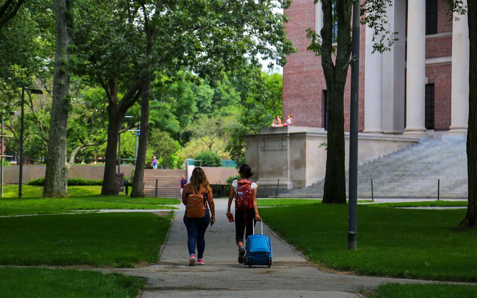 Студенты около Гарвардского университета.