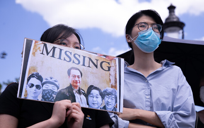 Meeleavaldajad Hongkongis kadunud inimese plakatiga.