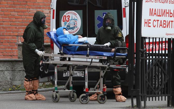 Koroonahaige transportimine Peterburis Pokrovskaja haigla juures.