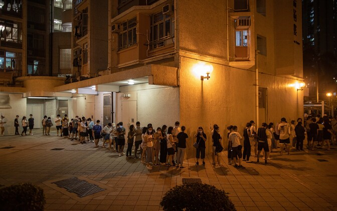 Valijad Hongkongis valimispunktis järjekorras.