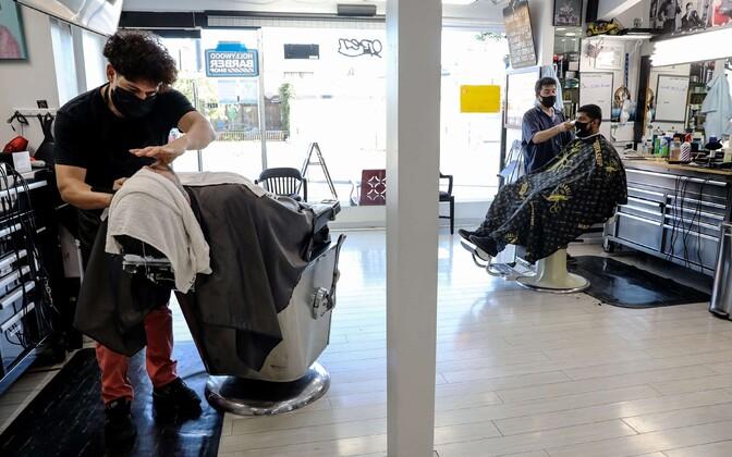 Teiste seas suletakse uuesti California juuksurisalongid.