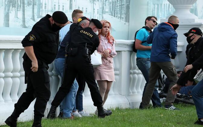 Valgevene politsei Minskis meeleavaldajaid kinni võtmas.