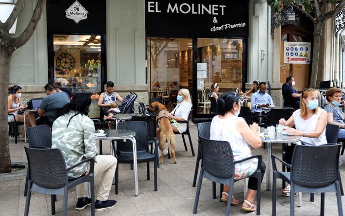 Inimesed esmaspäeval Lleidas kohvikus.