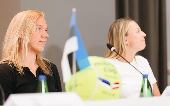 Kaia Kanepi (vasakul) Eesti ja Läti  maavõistluse turniiri eelsel pressikonverentsil