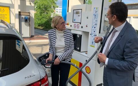 Energiavolinik Kadri Simson vesinikul töötavat autot tankimas