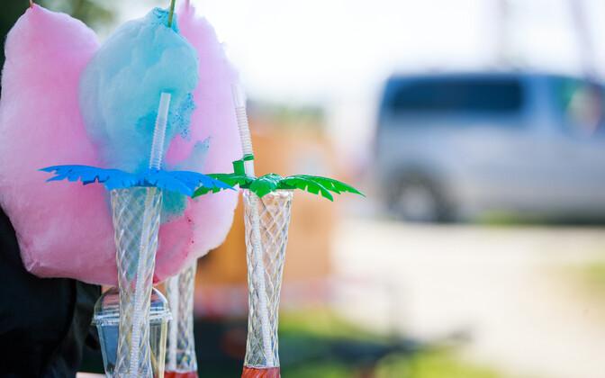 Plastpakendid värvilise joogi tarbeks