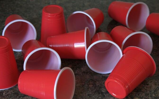 После использования пластик должен оказываться на станциях по переработке, а не в контейнерах для бытовых отходов.
