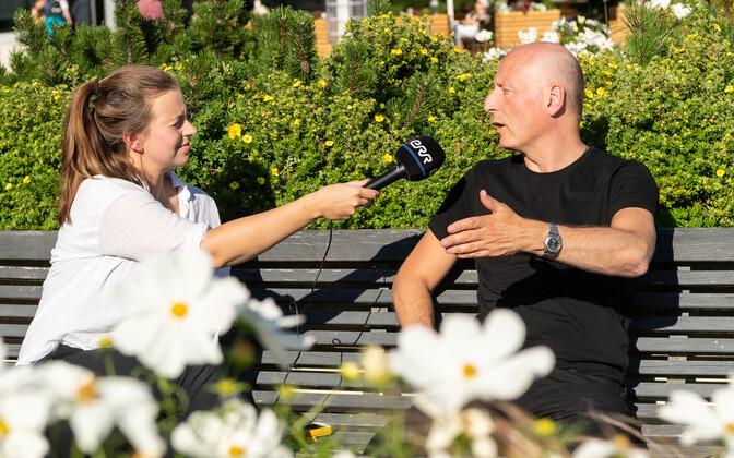 Maestro Paavo Järvi on rääkimishoos, Lisete Velt hoiab mikrofoni.