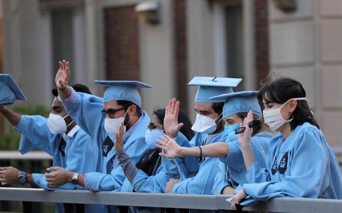 New Yorgi Columbia ülikooli tudengid koroonakriisi ajal oma lõpetamist tähistamas.