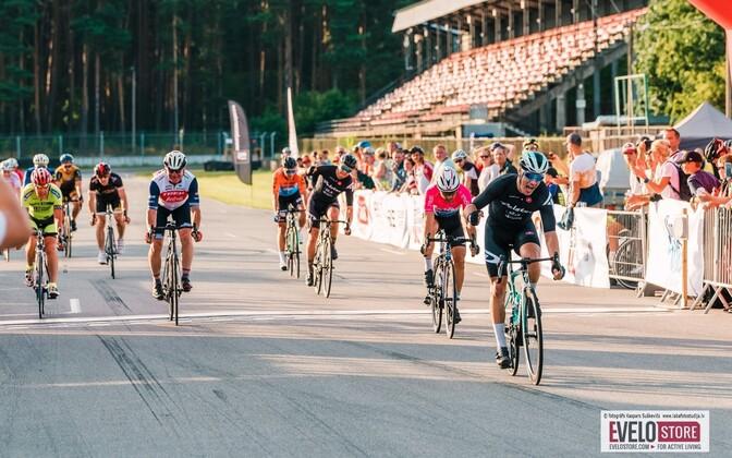 Kristjan Oolo võidutses Lätis toimunud grupisõidul, Peeter Pruus jäi neljandaks