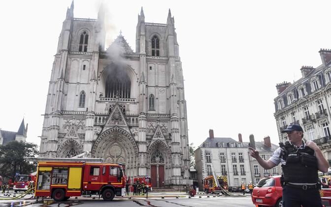 Пожар в готическом соборе Святых Петра и Павла в Нанте