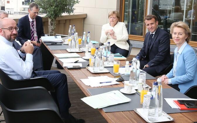 Euroopa Liidu liidrid (vasakult) Charles Michel, Angela Merkel, Emmanuel Macron ja Ursula von der Leyen nõu pidamas.