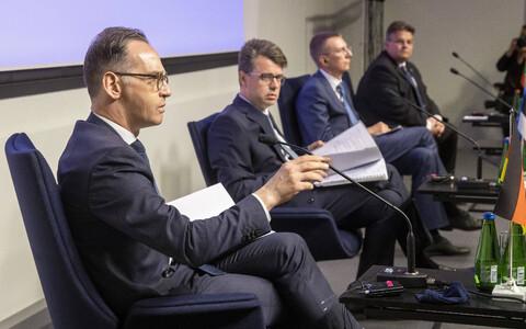 Глава МИД Германии Хейко Маас (на переднем плане) на пресс-конференции после встречи со своими коллегами из Эстонии, Латвии и Литвы.