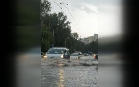 Сильный ливень, обрушившийся на эстонскую столицу, привел к затоплению многих улиц в час пик.