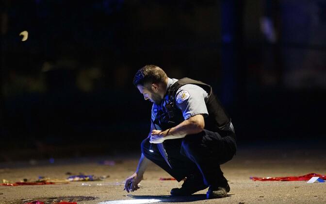Politseinik Chicagos mõrva asukohta uurimas.