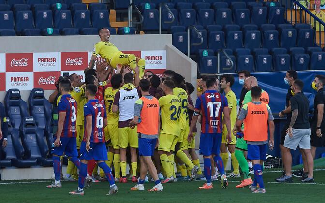 Võistkonnakaaslased hooaja viimase mängu järel Santi Cazorlale austust avaldamas