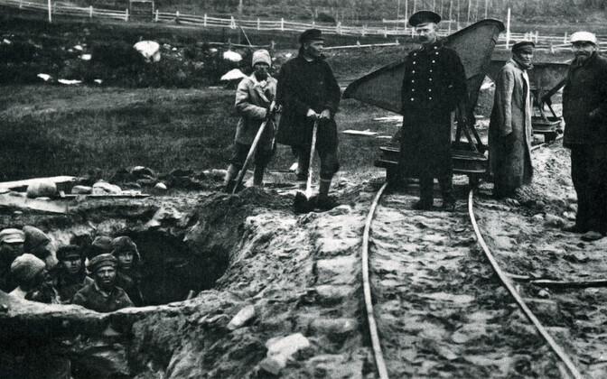 Узники Соловецкого лагеря на работах.