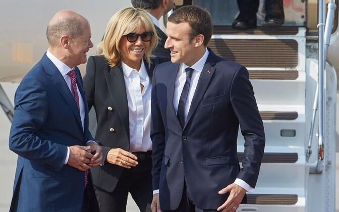 Saksa rahandusminister Olaf Scholz ja Prantsuse president Emmanuel Macron, nede vahel Macroni abikaasa  Brigitte.