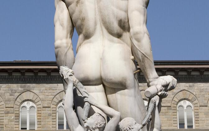 Merejumala Neptuuni skulptuur tagantvaates Itaalias Firenzes.
