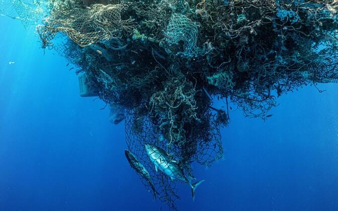 Ümbertöötlemata plast jääb maailmamerre ujuma taoliste plastisaartena.