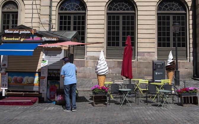 Закрытый киоск по продаже мороженого в Стокгольме.