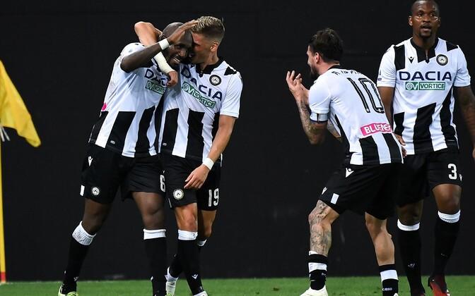 Udinese mängijad Seko Fofana väravat tähistamas