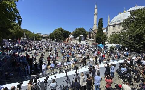По информации агентства Reuters, возле собора собрались тысячи верующих.