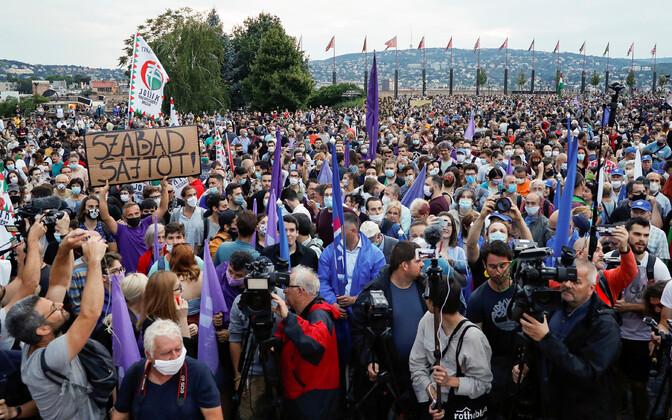 Meeleavaldajad Budapestis ajakirjandusvabaduse eest seismas