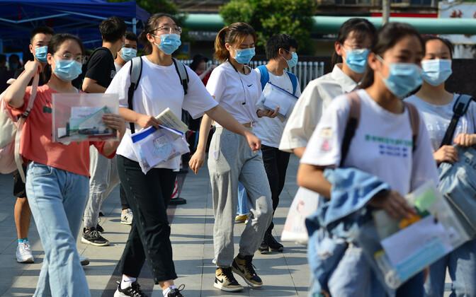Hiina noored ülikooli sisseastumiseksamitele suundumas.