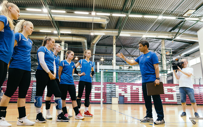 Estonian national women's volleyball team with head coach Lorenzo Micelli.
