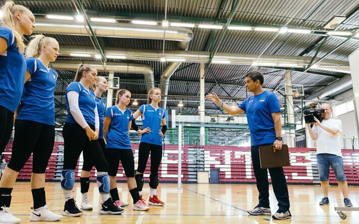 Eesti naiste võrkpallikoondis kuulamas peatreeneri Lorenzo Micelli õpetussõnu