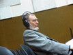 Veljo Tormis kuulab toimuvat tähelepanelikult - üks kõrv stuudiohelil, teine saalis.