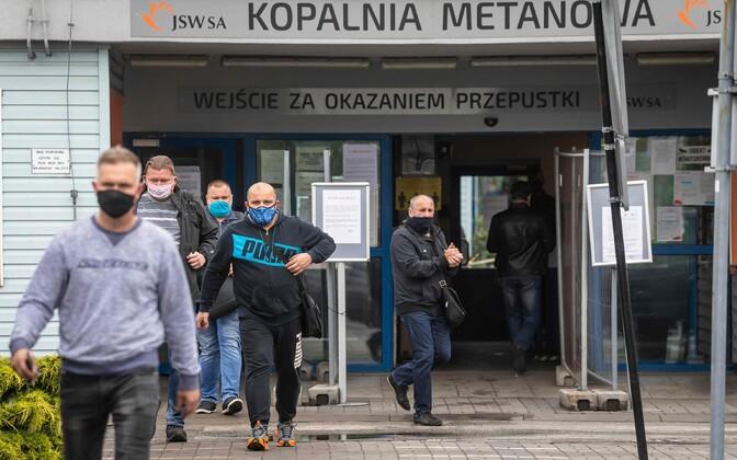 Poola kaevurid töölt tulemas.