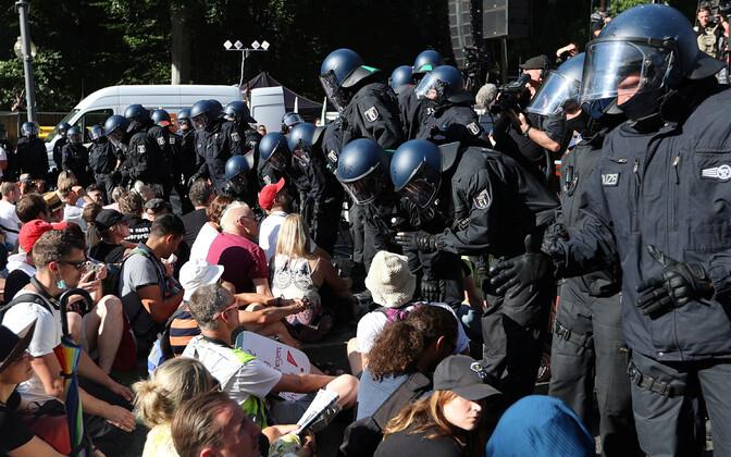 Politseinikud ja meeleavaldajad Berliinis.