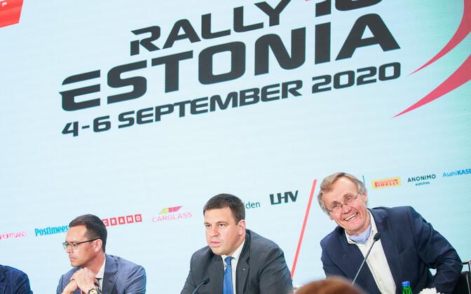 Tõnis Lukas (paremal) Rally Estonia pressikonverentsil.