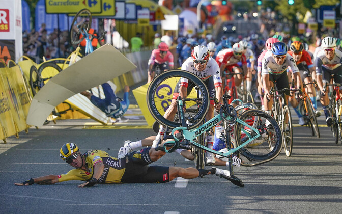 Hollandi rattur Dylan Groenewegen (esiplaanil) põhjustas Poola velotuuri avaetapil karmi kukkumise.